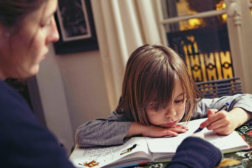 devoirs-maison-ecole-a-la-maison-instruction-a-domicile-parent-enfant