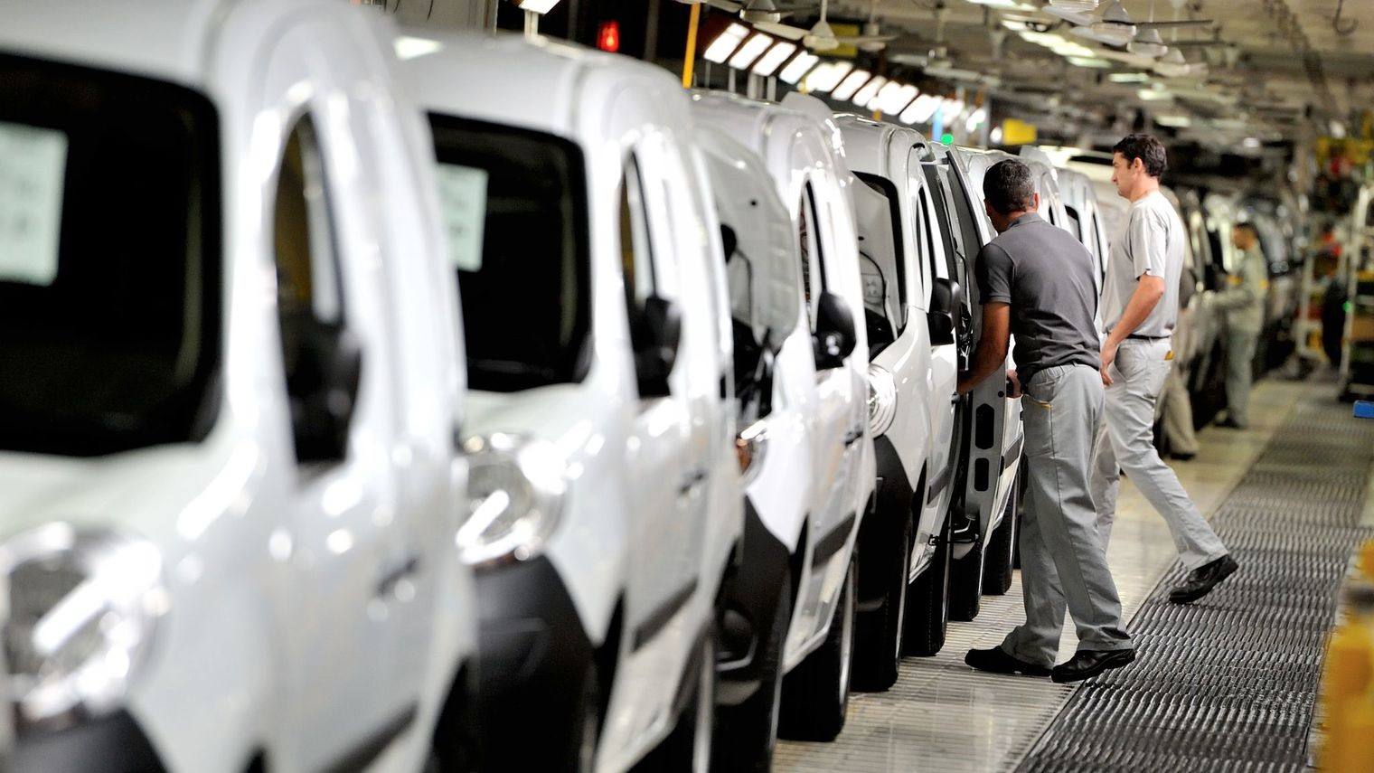 employes-renault-usine-recrutement-france-2016